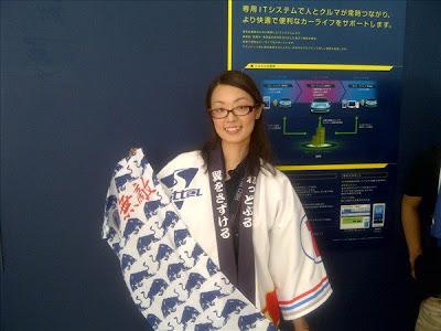 болельщица Red Bull в особой рубашке на Гран-при Японии 2011