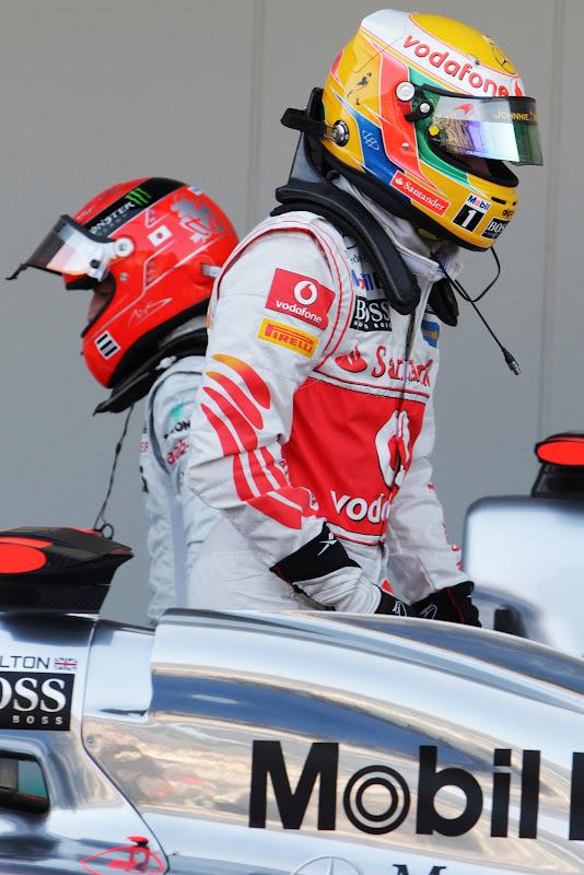 Льюис Хэмилтон и Михаэль Шумахер после квалификации на Гран-при Японии 2011