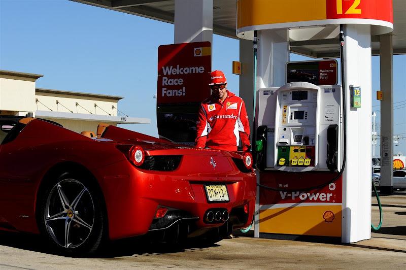 Фернандо Алонсо заправляет Ferrari на заправке Shell на Гран-при США 2012