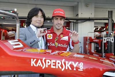 Фернандо Алонсо и фигурка Tomita на Гран-при Японии 2012