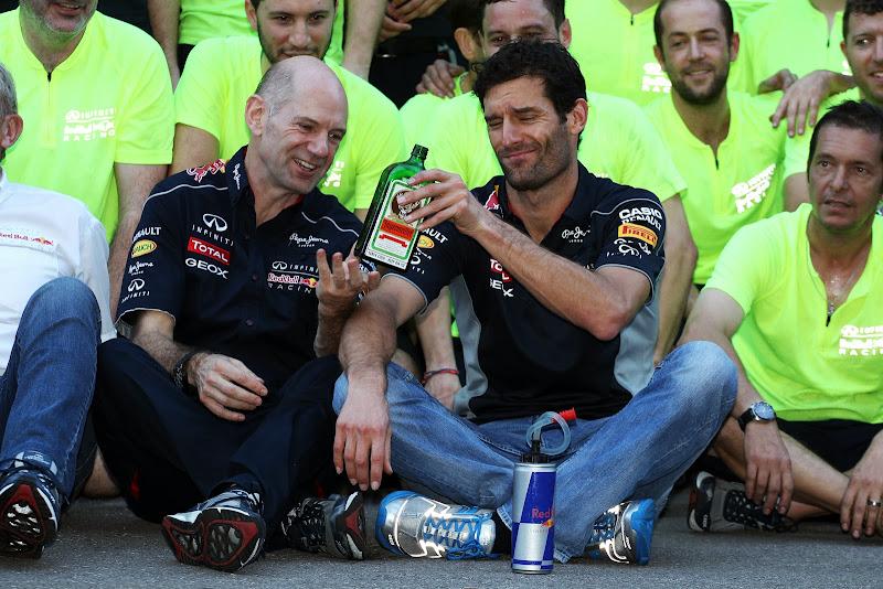 Эдриан Ньюи и Марк Уэббер с бутылкой Егермейстера на праздновании победы на Гран-при США 2013
