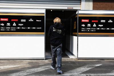 Ник Хайдфельд заходит в гараж Lotus Renault на Гран-при Бельгии 2011