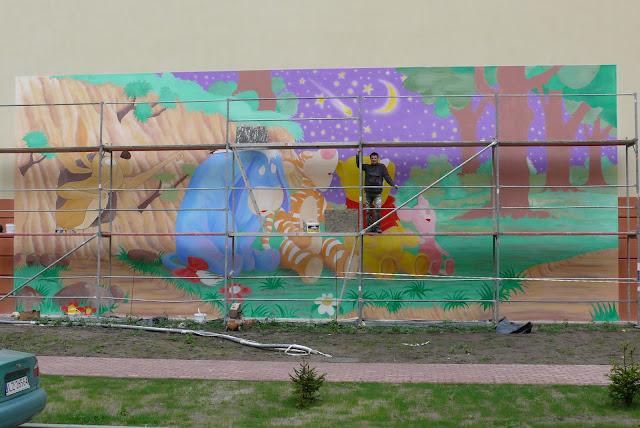 Malowanie bajkowego obrazu na ścianie w Warszawie