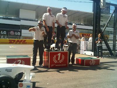 команда Sauber празднуют победу на гонке Soapbox на Гран-при Японии 2011
