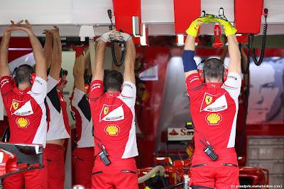 механики Ferrari разминаются в гараже на Гран-при Бразилии 2014