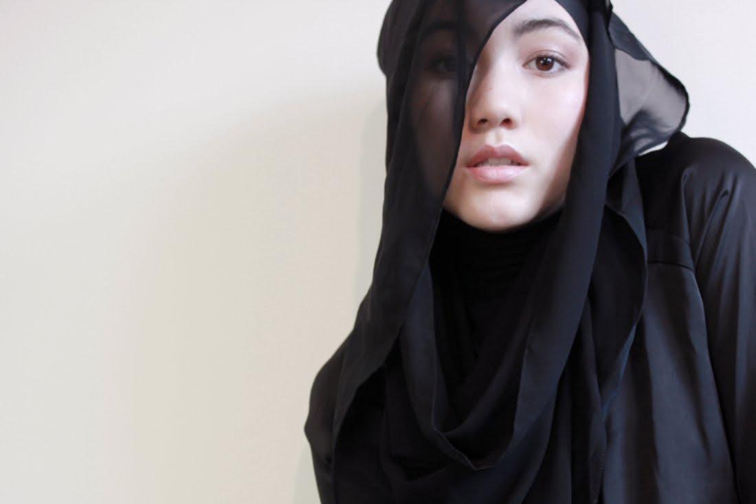 Bonita Putri Utami: Hijab Fashion With HANA TAJIMA SIMPSON