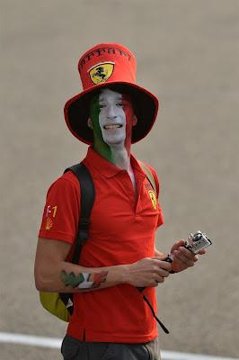 болельщик Ferrari в шляпе на Гран-при Китая 2013