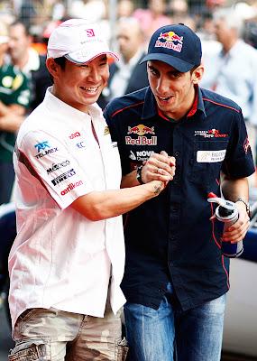 Камуи Кобаяши и Себастьян Буэми пожимают руки на параде пилотов Гран-при Индии 2011