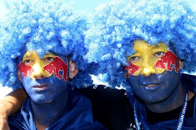 болельщики Red Bull с фэйс-артом и в синих париках на Гран-при Австралии 2012