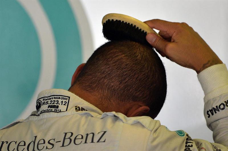Льюис Хэмилтон причесывается щеткой на Гран-при Венгрии 2013
