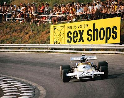 Карлос Ройтеман за рулем Brabham BT37 проезжает мимом рекламы секс-шопа на трассе Остеррайхринг на Гран-при Австралии 1972