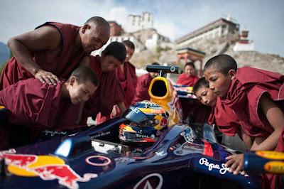 Нил Яни и его Red Bull окружен местными жителями Кашмира