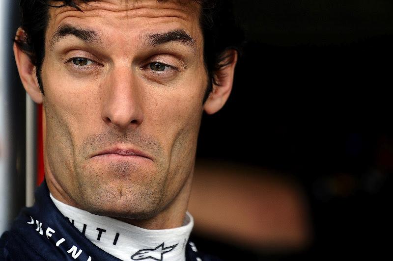 Марк Уэббер всматривается куда-то на Гран-при Великобритании 2012