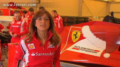 красная рождественская шапка на кожухе двигателя Ferrari