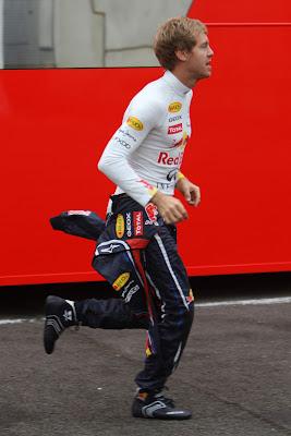 Себастьян Феттель бежит по паддоку Гран-при Бельгии 2011 в Спа