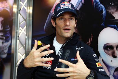 Марк Уэббер дает интервью на Гран-при Бельгии 2011 и активно жестикулирует