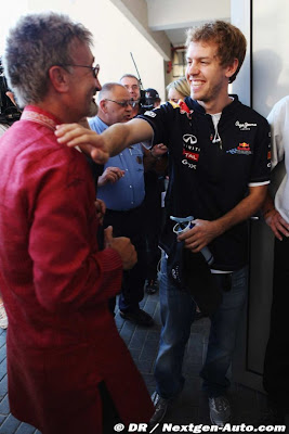 Себастьян Феттель хлопает Эдди Джордана по плечу на Гран-при Абу-Даби 2011