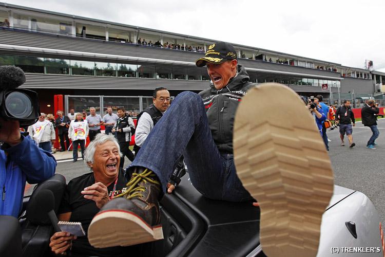 Михаэль Шумахер в забавной позе на багажнике машины на параде пилотов Гран-при Бельгии 2011 в Спа-Франкошам