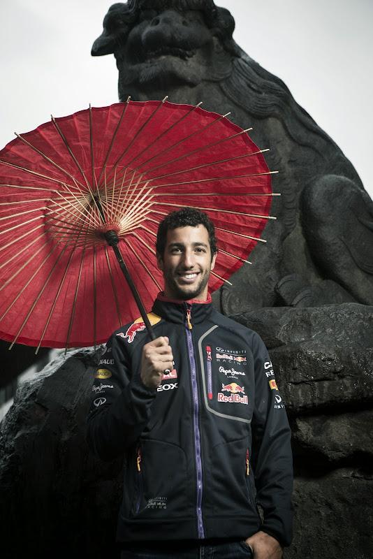 Даниэль Риккардо с красным зонтиком в храме Токио перед Гран-при Японии 2014