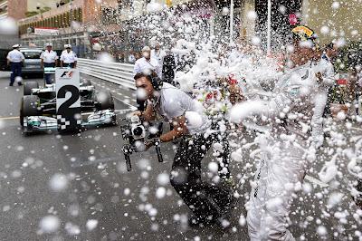 Нико Росберг разбрызгивает шампанское после победы на Гран-при Монако 2014