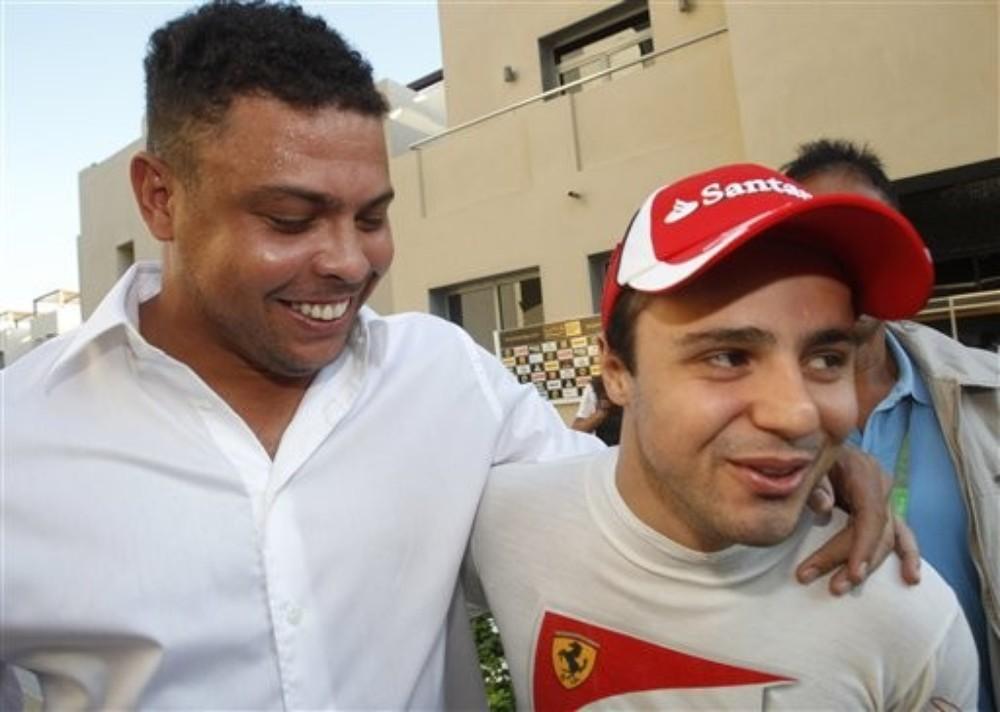 Роналдо и Фелипе Масса идут в обнимку на Гран-при Абу-Даби 2011