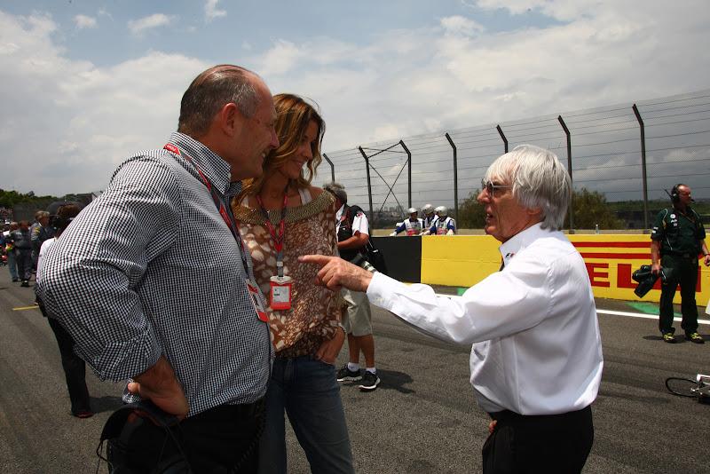 Берни Экклстоун тычет пальцем в Рона Денниса на Гран-при Бразилии 2011