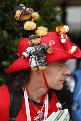болельщик с плюшевыми медвежатами Red Bull и Ferrari на Гран-при Монако 2013