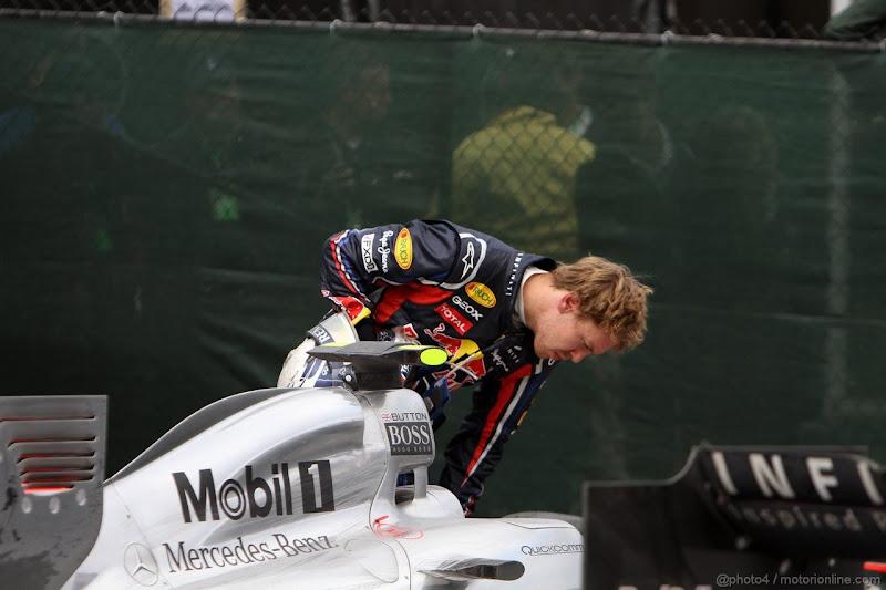 Себастьян Феттель заглядывает в болид McLaren после финиша Гран-при Канады 2011
