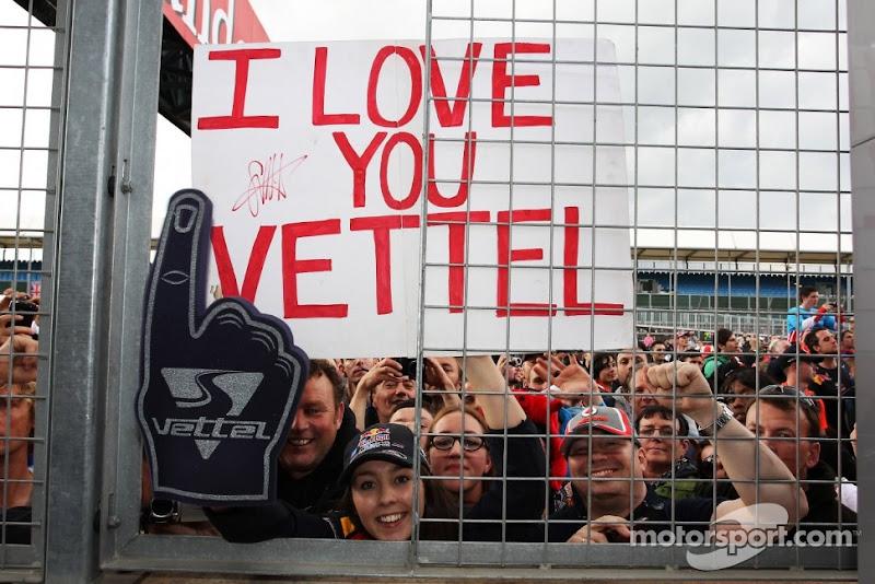болельщица Себастьяна Феттеля с плакатом I love you Vettel на Гран-при Великобритании 2012