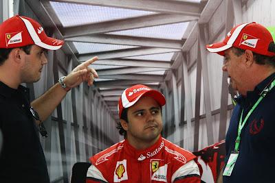 Фелипе Масса с братом и отцом в боксах Ferrari на Гран-при Бразилии 2011