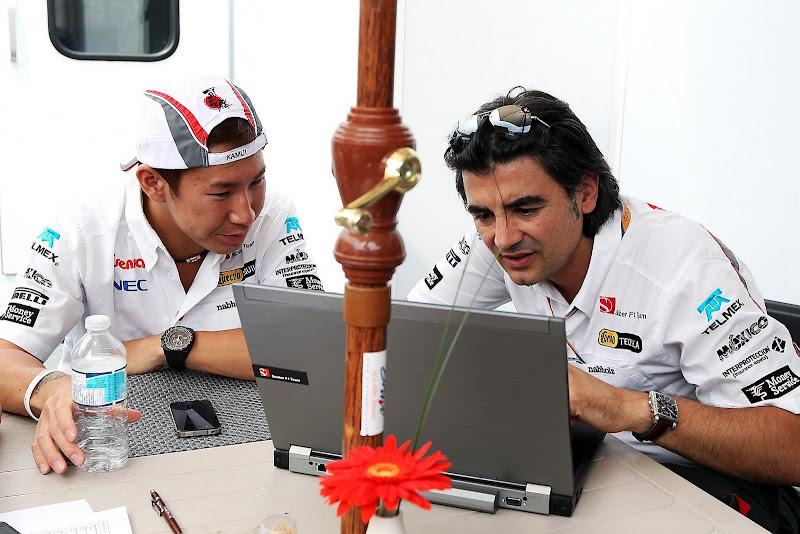 Камуи Кобаяши с инженером смотрят в ноутбук на Гран-при Канады 2011
