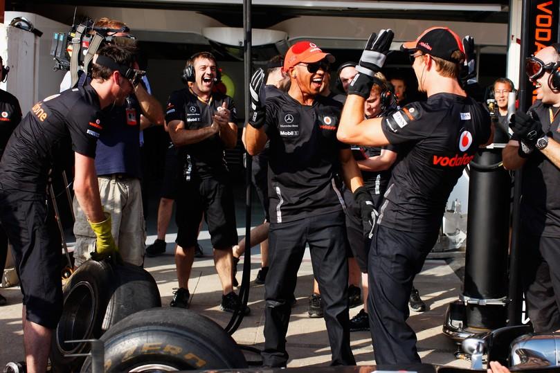 Льюис Хэмилтон и Дженсон Баттон радуются победе над командой механиков BBC на Гран-при Европы 2011