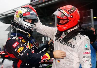 Михаэль Шумахер поздравляет Себастьяна Феттеля с третьим чемпионским титулом на Гран-при Бразилии 2012