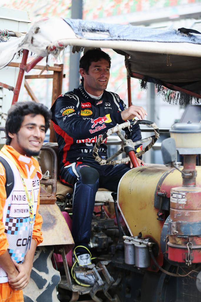 Марк Уэббер за рулем трактора на Гран-при Индии 2012