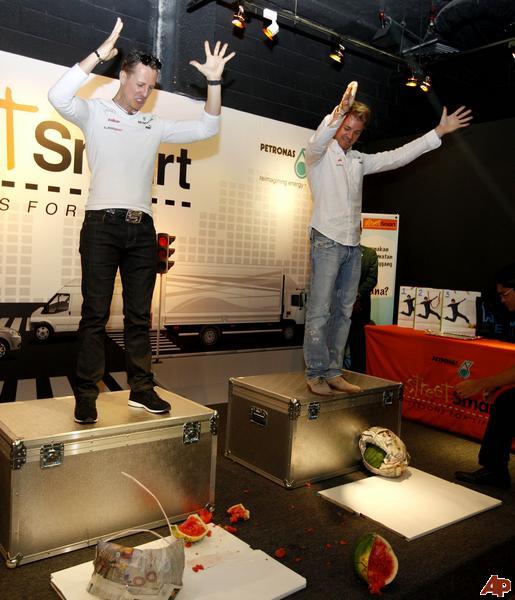 результат эксперимента с арбузами - Михаэль Шумахер и Нико Росберг на выставке технологий в Petrosains в Куала-Лумпур