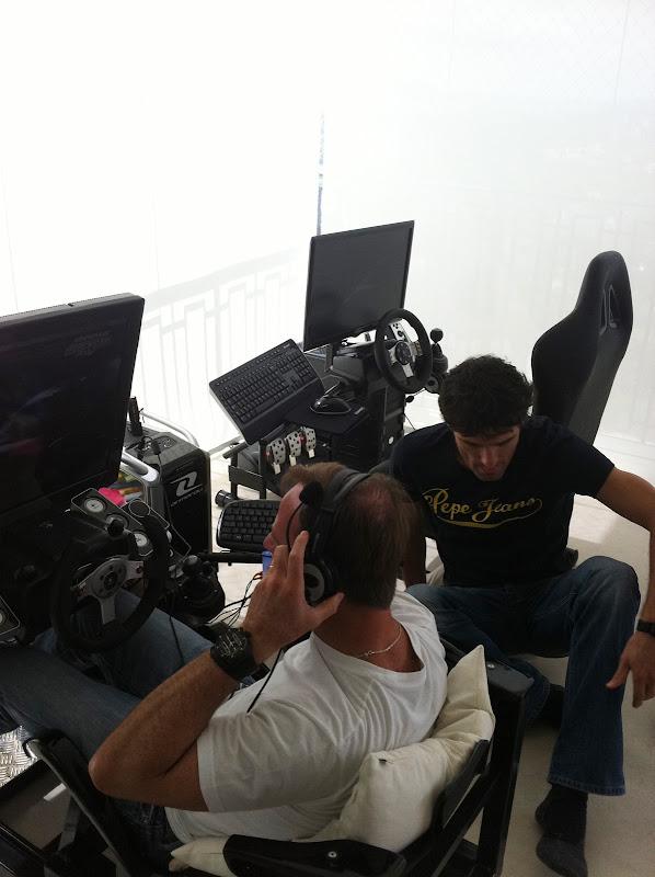 Рубенс Баррикелло и Марк Уэббер играют на симулятре дома у Рубенса перед Гран-при Бразилии 2011