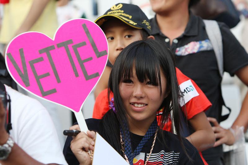 болельщица Себастьяна Феттеля с табличкой на Гран-при Японии 2011