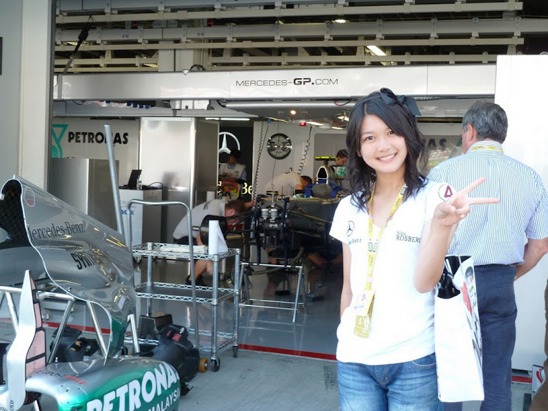 Mana перед гаражом Mercedes GP на Гран-при Японии 2011