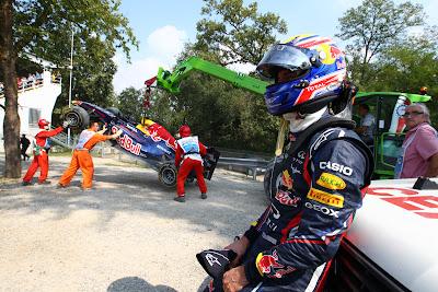 маршалы эвакуируют разбитый болид Red Bull Марка Уэббера на Гран-при Италии 2011 в Монце