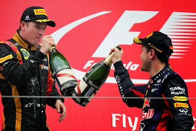 Кими Райкконен и Себастьян Феттель пьют шампанское на подиуме Гран-при Кореи 2013
