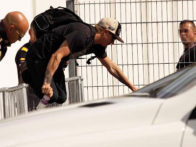 Кими Райкконен перелазит через забор на Гран-при Германии 2012