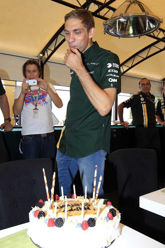Виталий Петров и торт на 28 дне рождении в Монце на Гран-при Италии 2012