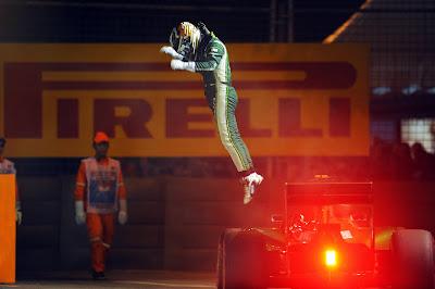Камуи Кобаяши выпрыгивает из Caterham на Гран-при Сингапура 2014