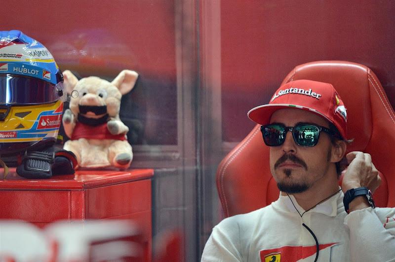 Фернандо Алонсо и его бородатый талисман на Гран-при Германии 2013