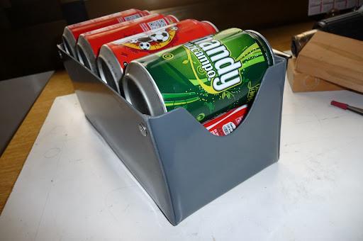 Caja en pvc para latas cerveza refresco en el interior del for Dispensador de latas para frigorifico