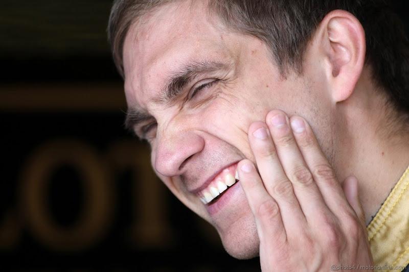 Виталий Петров улыбается на Гран-при Канады 2011