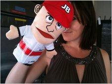 Ли Маккензи с куклой Дженсона Баттона на Гран-при Японии 2011