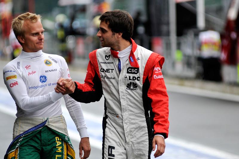 Хейкки Ковалайнен и Жером Д'Амброзио пожимают руки на Гран-при Бельгии 2011 в Спа