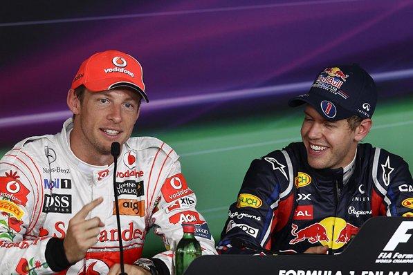 Дженсон Баттон показывает палец Себастьяна Феттеля на пресс-конференции после квалификации на Гран-при Венгрии 2011