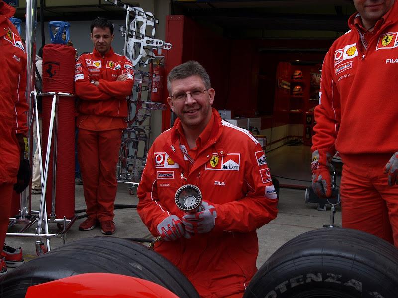 Росс Браун отрабатывает технику замены резины на Ferrari во время тренировки пит-стопов на Гран-при Бразилии 2004